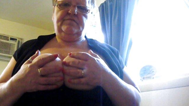 Una bella, giovane con un seno molto piccolo e quasi piatto-sdraiato sul divano, in attesa di un ragazzo di avere un pene, normale, e quando appare, lei pantaloni fuori di lui e iniziare a succhiare il cazzo film porno solo italiani gratis